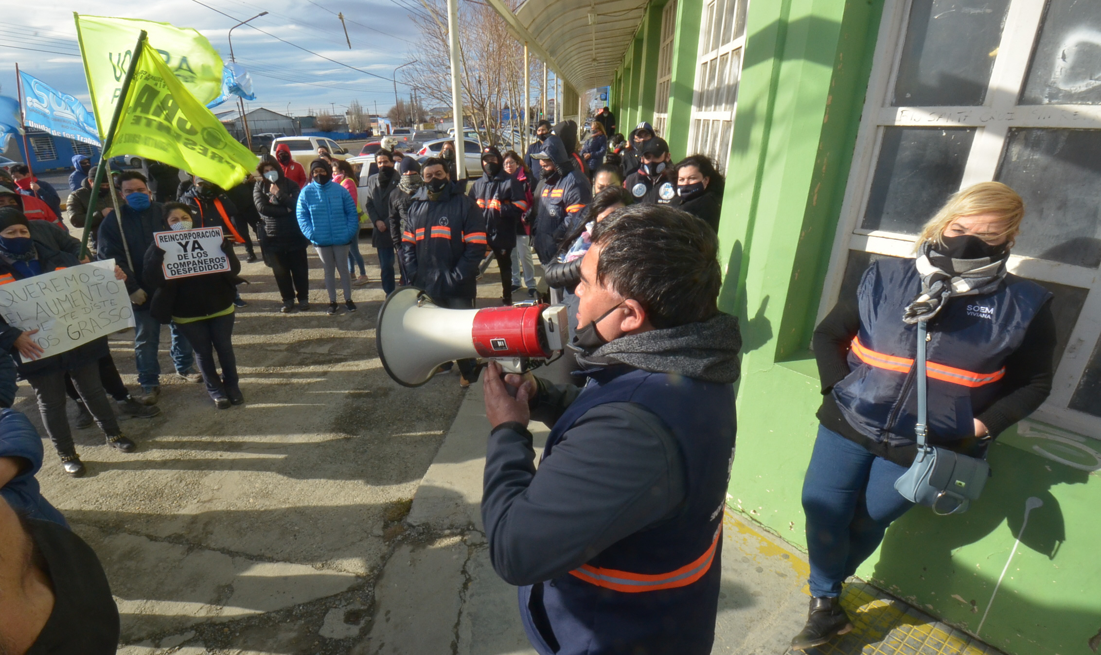 Megáfono en mano, Mansilla se dirigió a los trabajadores. FOTO: JOSÉ SILVA