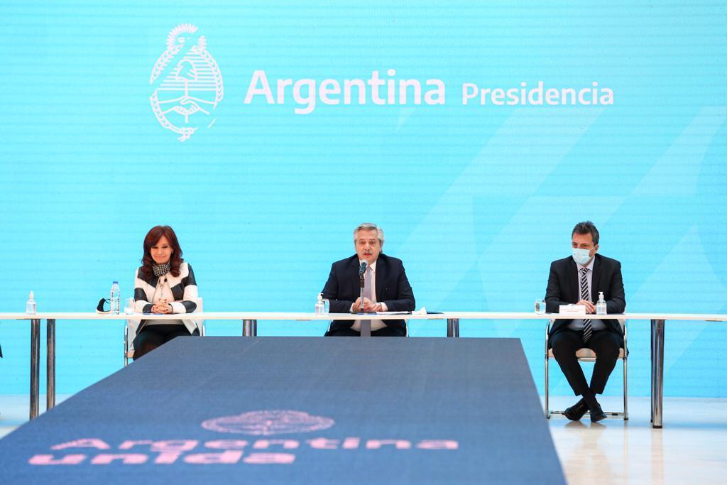 Alberto Fernández junto a la vicepresidenta y el presidente de la Cámara de Diputados, Sergio Massa