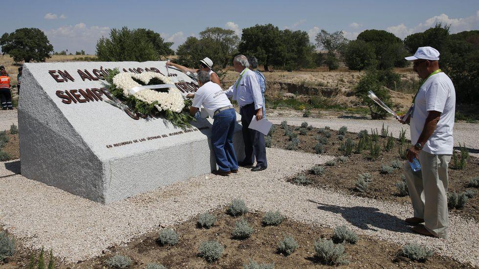 Los actos de homenaje comenzaron a las 11:00 en el monumento en la rosaleda del Parque Juan Carlos I.