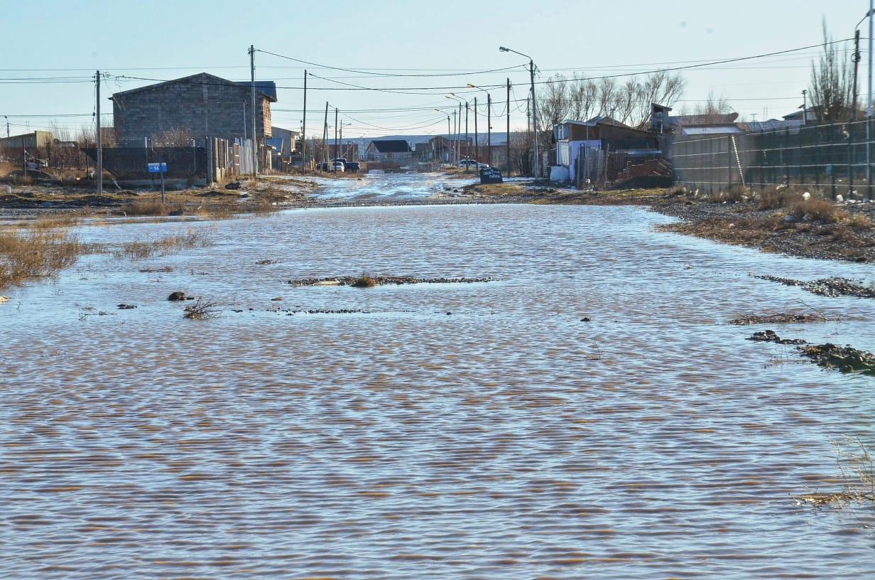 Uno de los últimos temporales de lluvia en el mes de agosto dejaron grandes inundaciones en los barrios periféricos. Foto: José Silva / La Opinión Austral