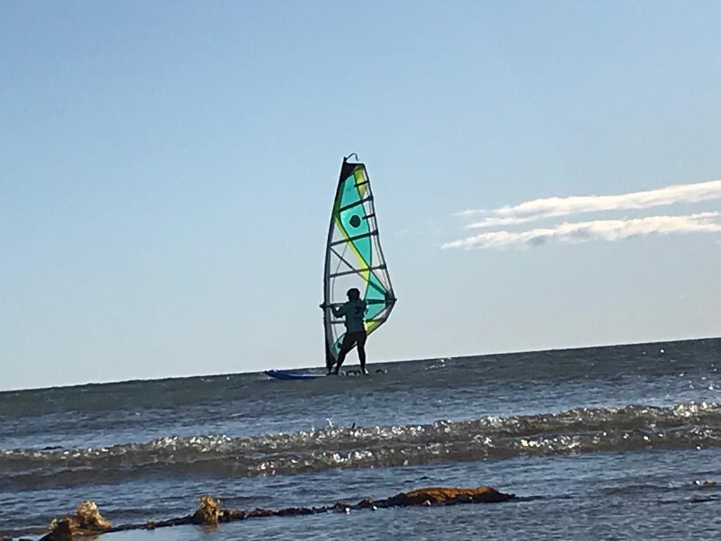 El wind surf es una de las actividades que se desarrolla en Caleta Olivia.