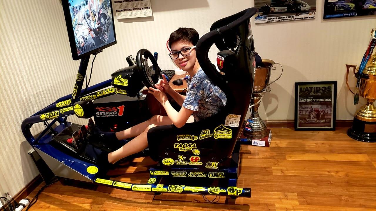 Los padres de Thiago consiguieron un simulador para que compita en forma virtual.