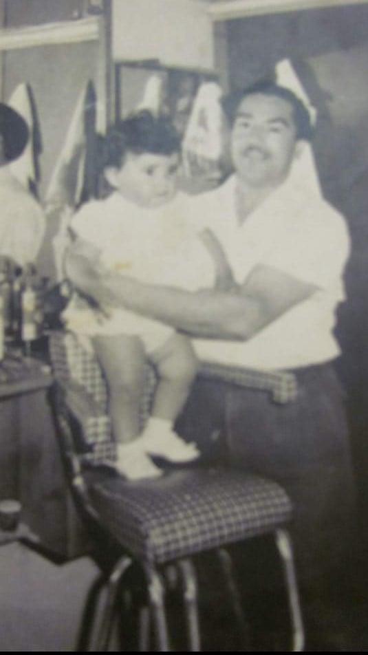 Mónica junto a su padre adoptivo Alipio González.