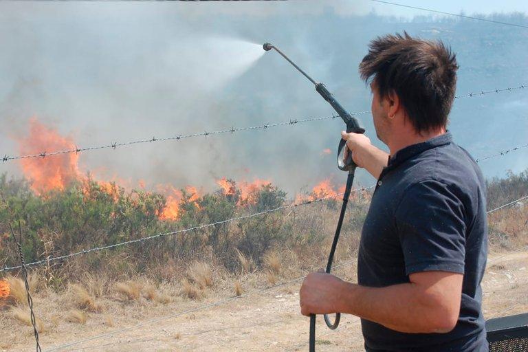 Damian De Santo apagando los incendios en Córdoba. (Foto: InfoCordoba)