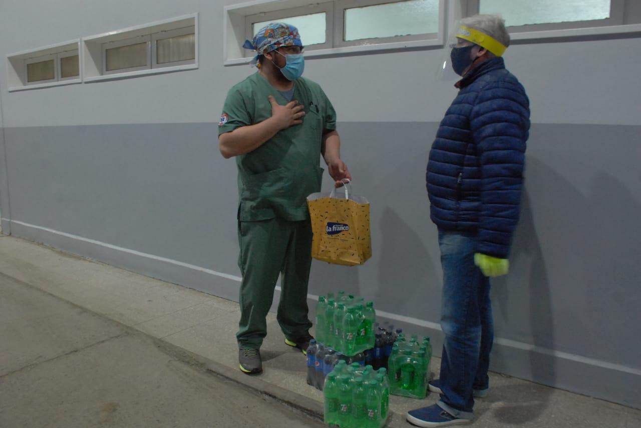El doctor encargado del área COVID-19 recibiendo las donaciones en la entrada de la guardia. FOTO: JOSÉ SILVA