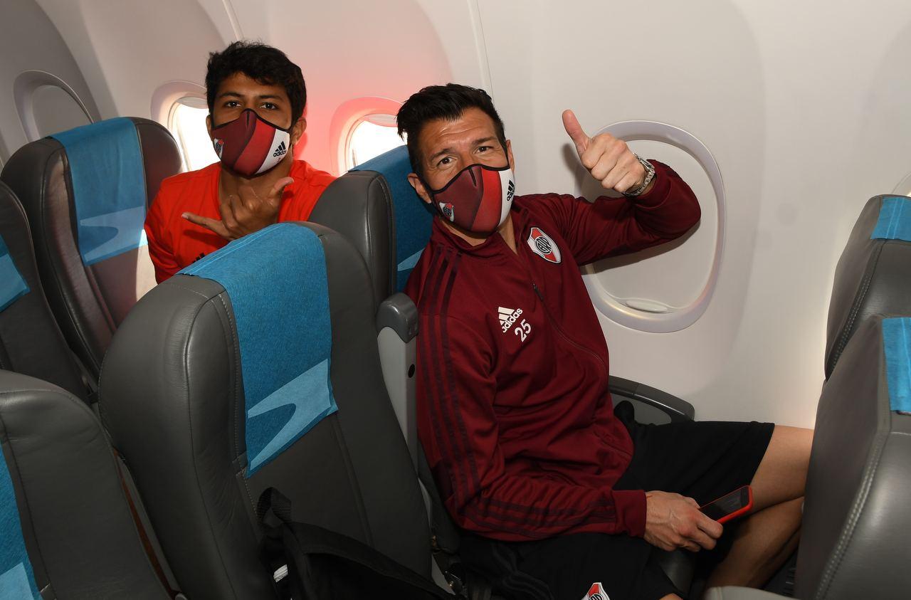 Enrique Bologna y Robert Rojas dentro del avión.