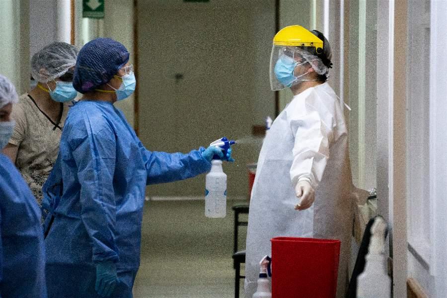 El personal se sanitiza después del traslado.