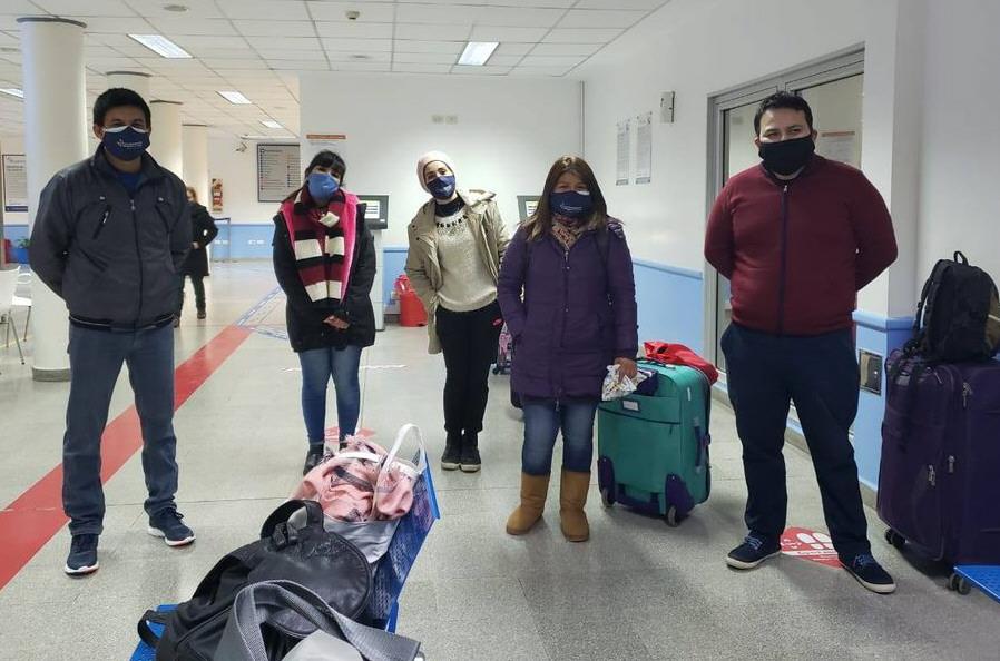 Los enfermeros van a la zona roja del Hospital Regional: Edith, Verónica, Rodrigo, Daniela y Jorge Luján.