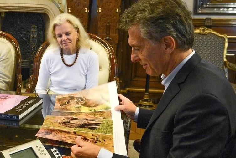 Macri recibe a la viuda de Tomkings y promete 'parar' la obra.