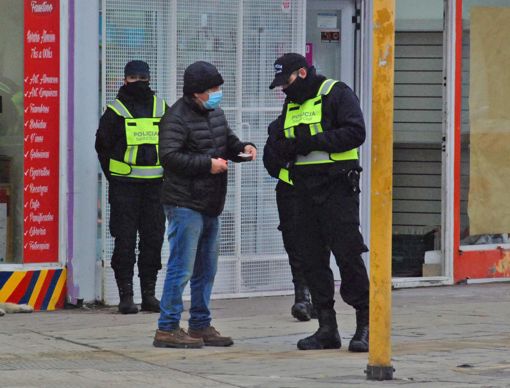 La Policía controló a los traseúntes para verificar si estaban habilitados a circular, según su DNI.