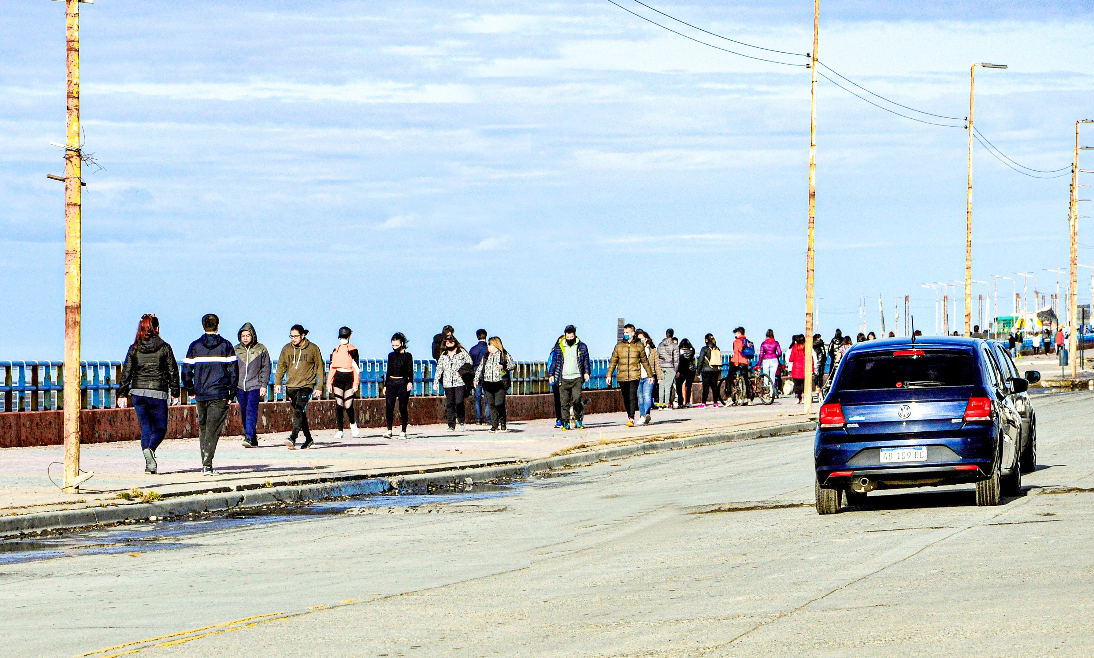 Esta sábado, la costanera local se desbordó de gente paseando.