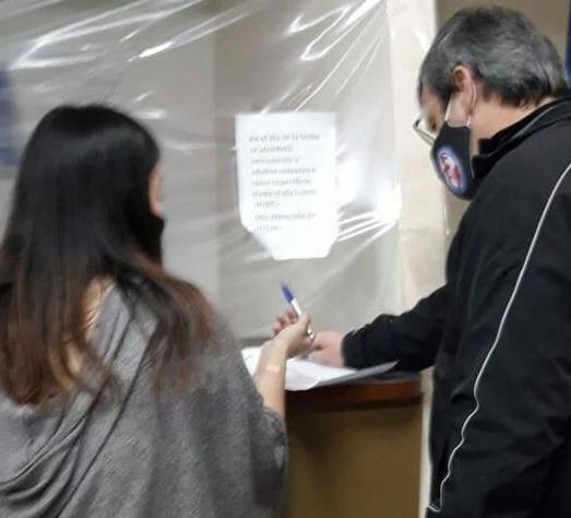 El momento esperado: Pizarro recibe la confirmación municipal.
