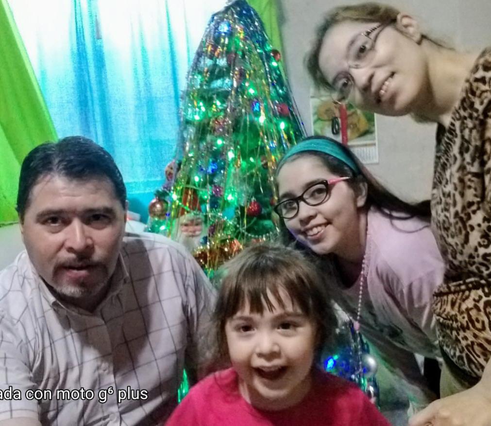 Los Acuña - Díaz: Juan, Fiorella, más atrás Sofía y mamá Roxana.
