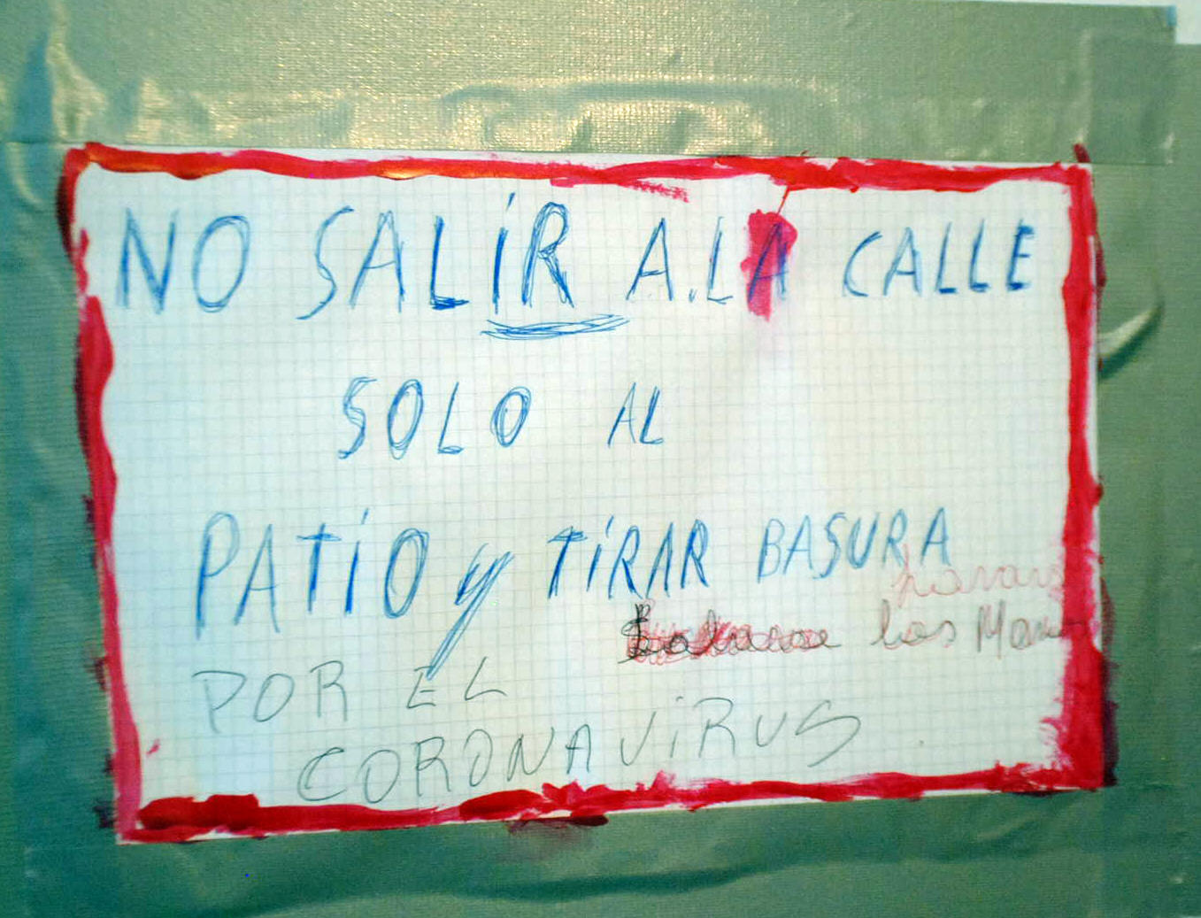 """""""NO SALIR A LA CALLE"""". EL CARTEL DE LOS NIETOS PARA CUIDAR A IDA."""