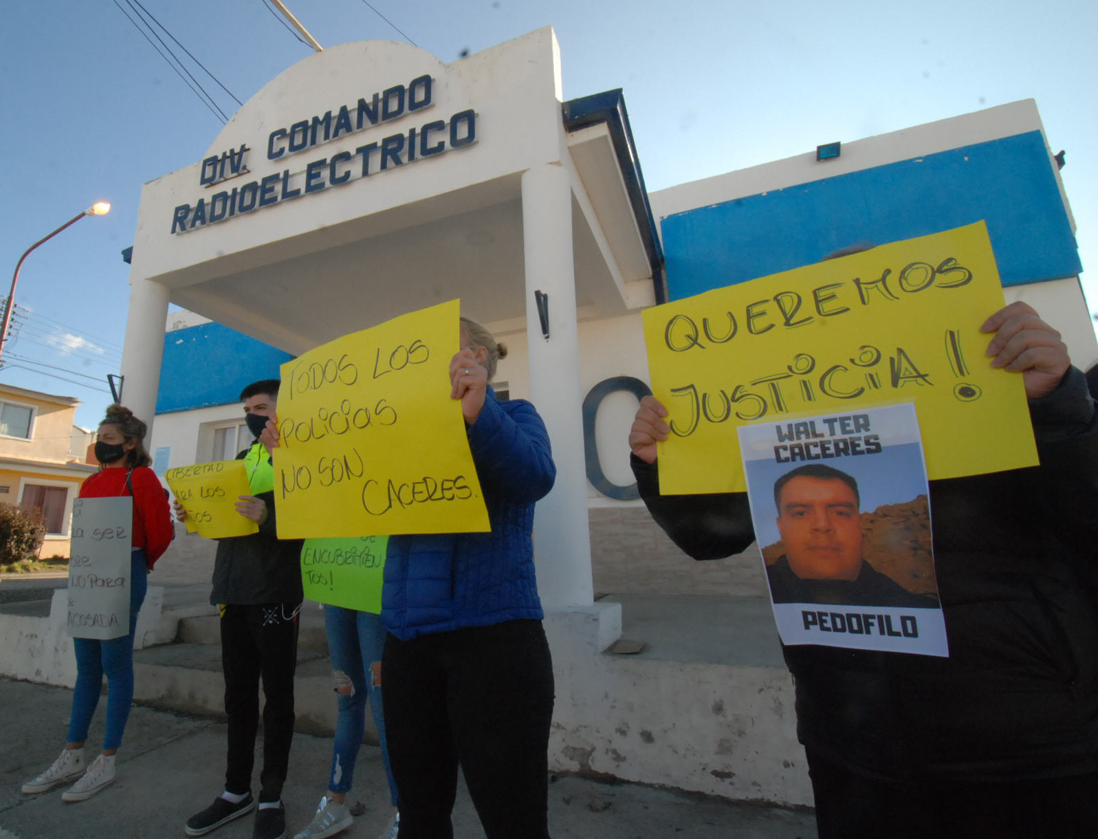 ¡JUSTICIA! DECENAS DE VECINOS ACOMPAÑARON A LA FAMILIA DENUNCIANTE. FOTO: JOSÉ SILVA