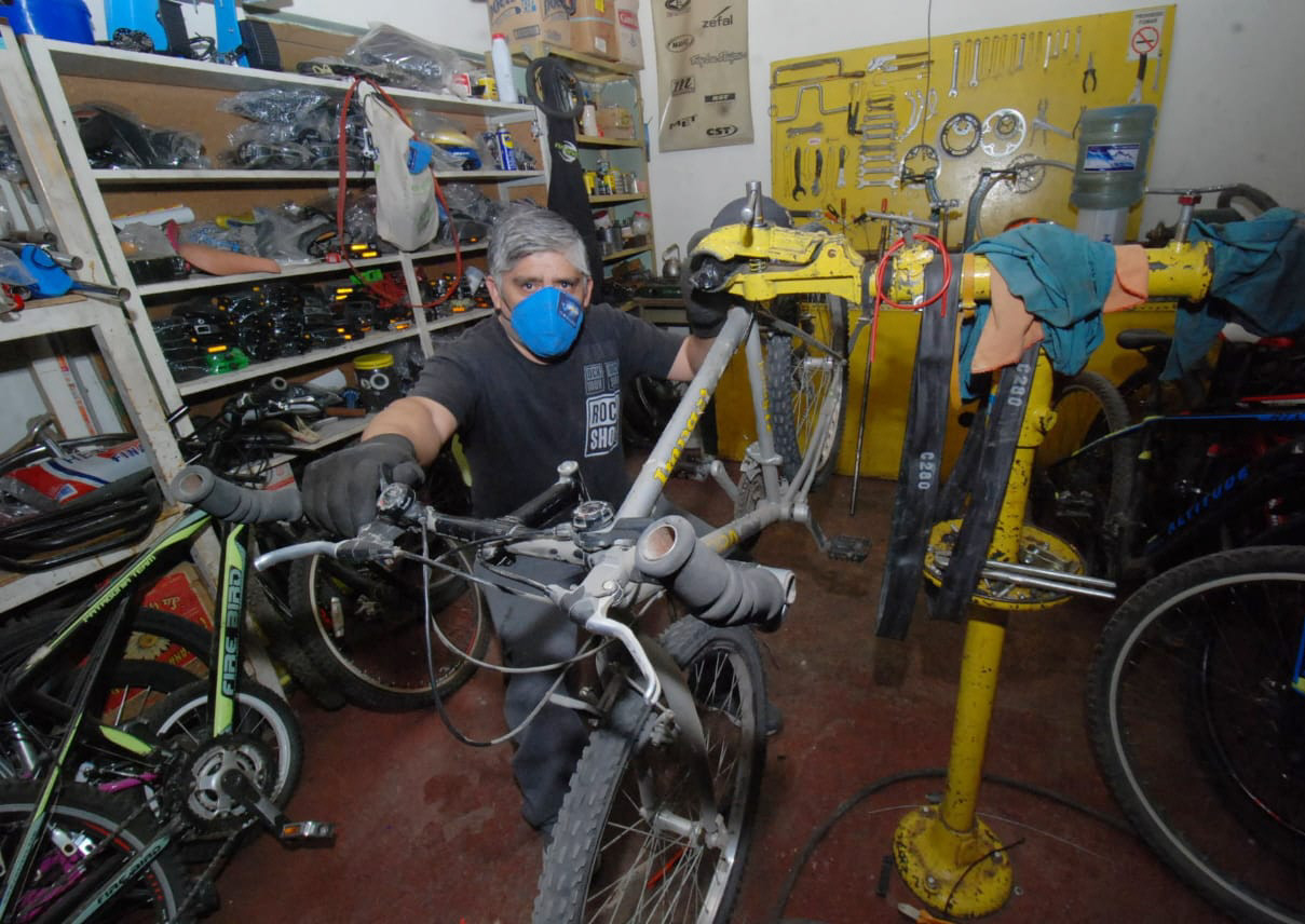 Hugo contó que arregla bicicletas desde los 9, cuando sus papás no podían comprarle una. FOTO: JOSÉ SILVA