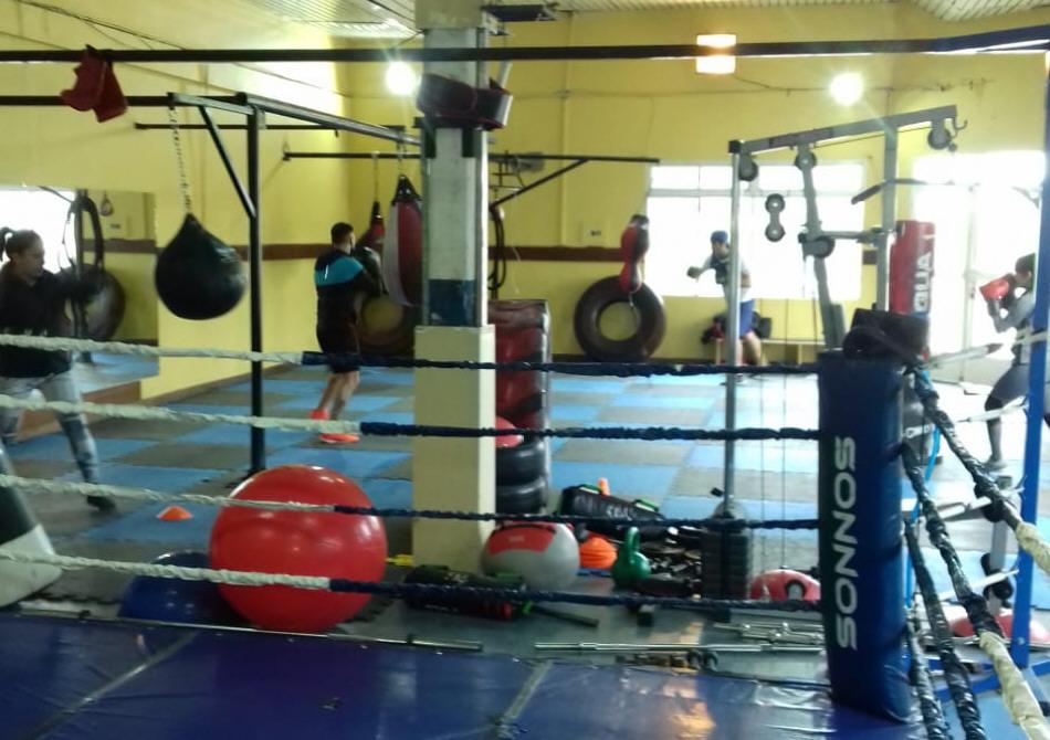 El gimnasio cuenta con espacio para cada disciplina: boxeo y funcional.