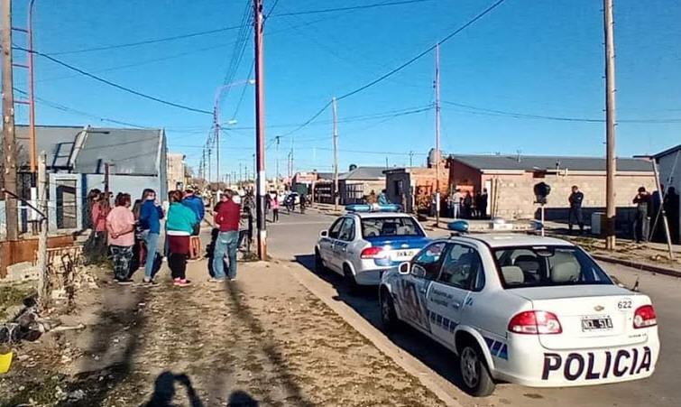 Los vecinos de la zona se acercaron al lugar del hecho mientras la Policía hacía las pericias. FOTO: TRUNCADO HD.