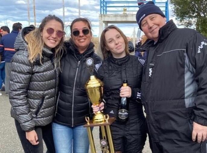 Rocío, Maribel, Candela y Adrián: primera victoria de la 'Peke' en la Fórmula Santacruceña. 8 marzo del 2020, Día de la Mujer. Toda la familia unida, en una de las últimas competencias juntos.