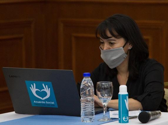 La presidenta del TSJ realiza la firma digital del convenio.