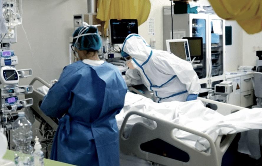 Personal de salud combatiendo la pandemia de SARS-CoV-2.