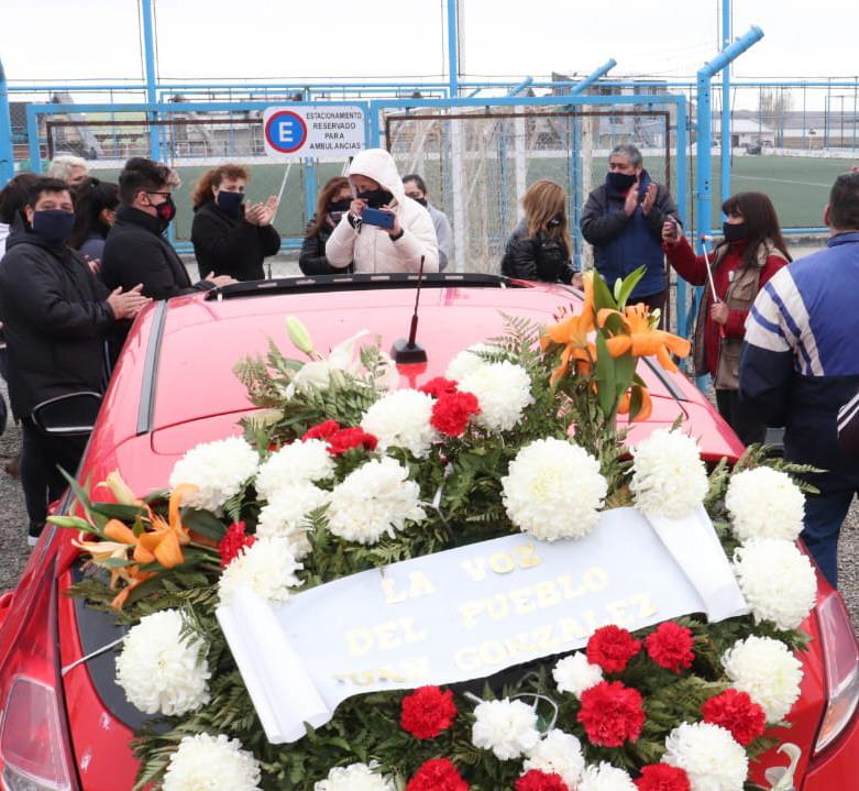 La familia, los amigos y el ambiente del deporte fueron a la caravana de despedida de González. (FOTO: JOSÉ SILVA)
