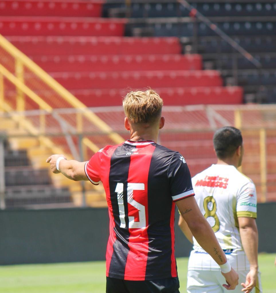 Renzo Reynaga en uno de los partidos con la Liga Deportiva Alajuelense.