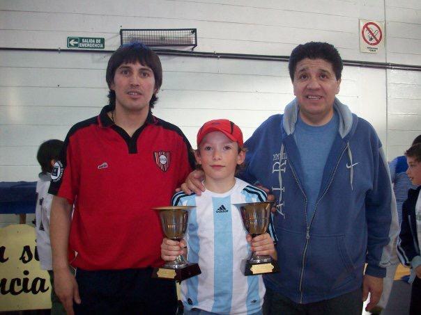 Con los trofeos de goleador FUTSAL.