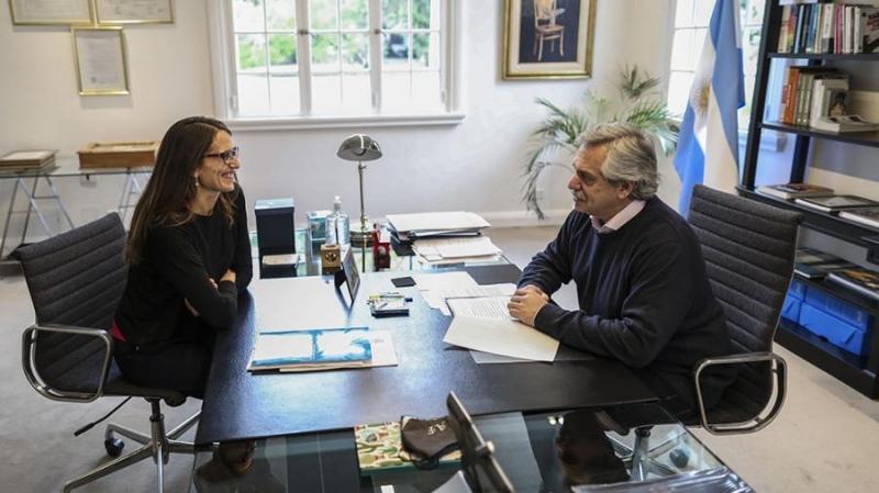 El presidente Alberto Fernández, junto a la ministra de las Mujeres, Géneros y Diversidad, Elizabeth Gómez Alcorta