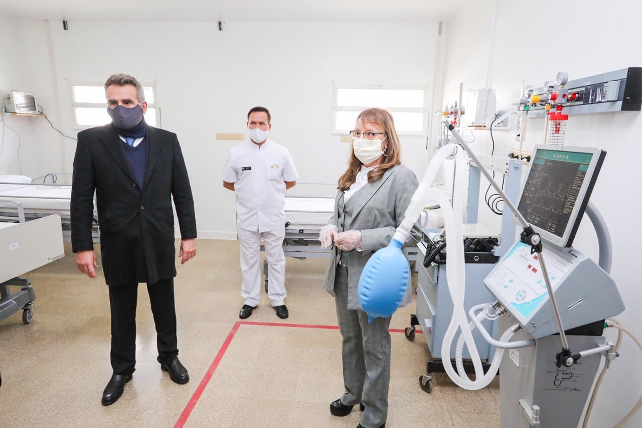 Alicia Kirchner junto al ministro de Defensa Agustín Rossi durante su última visita a Santa Cruz