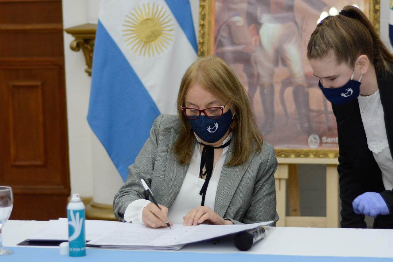 La Gobernadora al firmar el convenio para la implementación de los centros de monitoreo