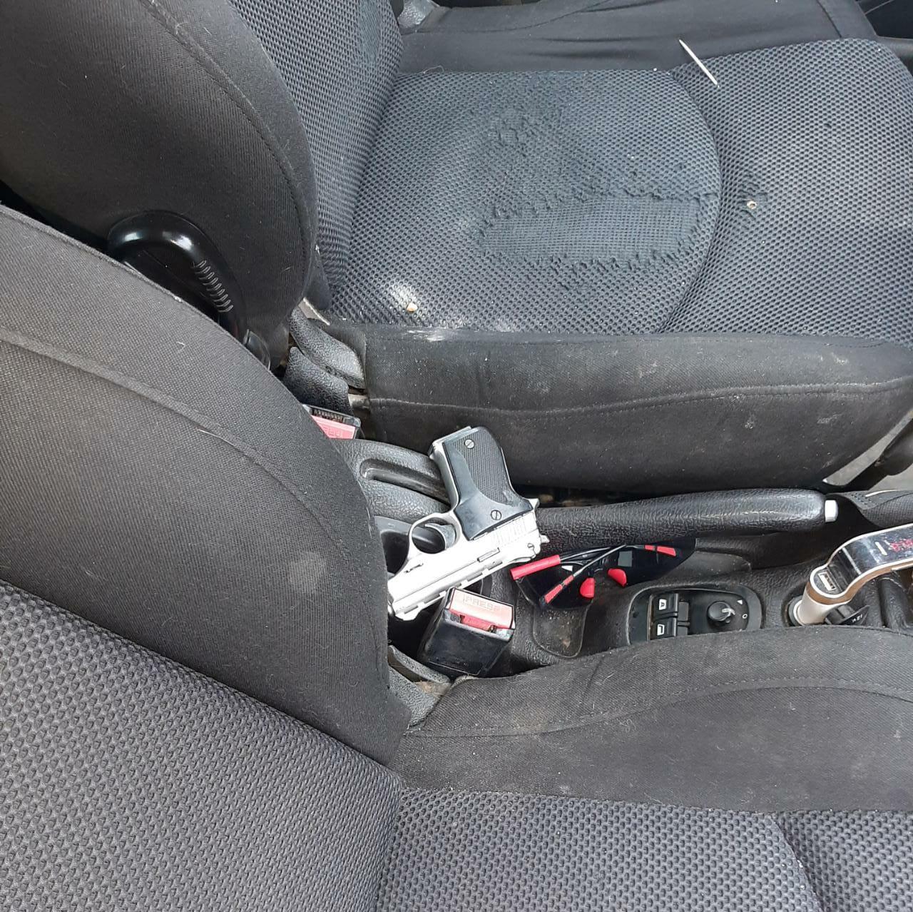 Portaban un revólver ilegalmente.