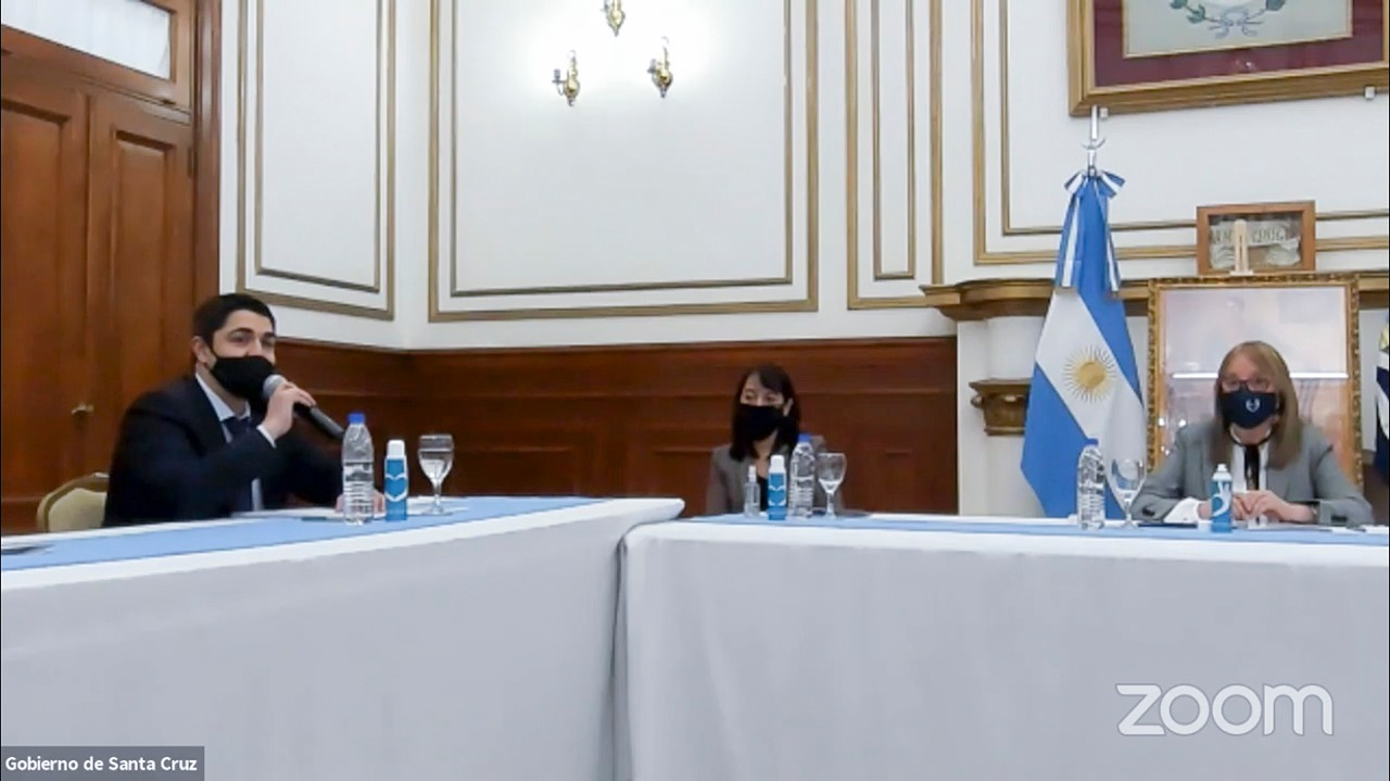 La gobernadora de Santa cruz junto a su gabinete en la inauguración del Programa Provincial.