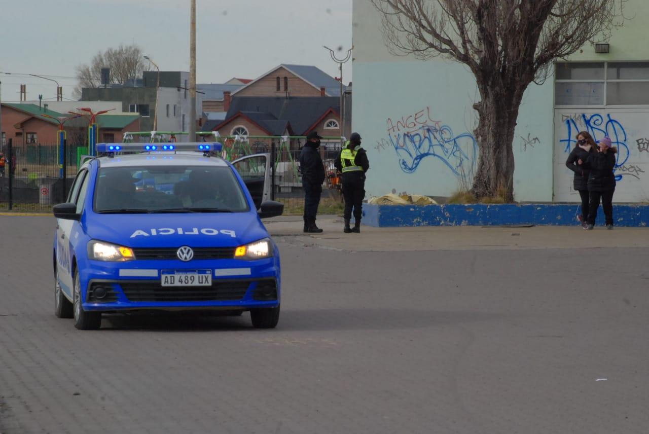 Personal policial realizando controles. FOTO: JOSÉ SILVA