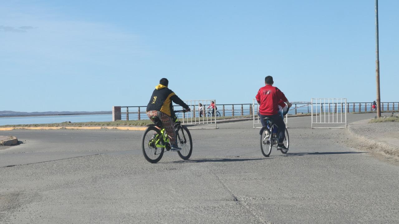 Jornada ideal para un paseo por la costanera. FOTO: JOSÉ SILVA/LA OPINIÓN AUSTRAL