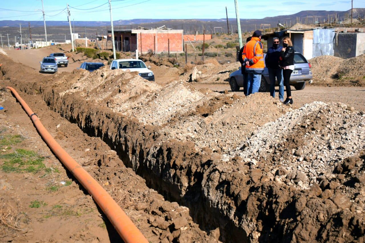 Con los vecinos del Ara San Juan, las autoridades de Distrigas supervisaron el avance de obra.