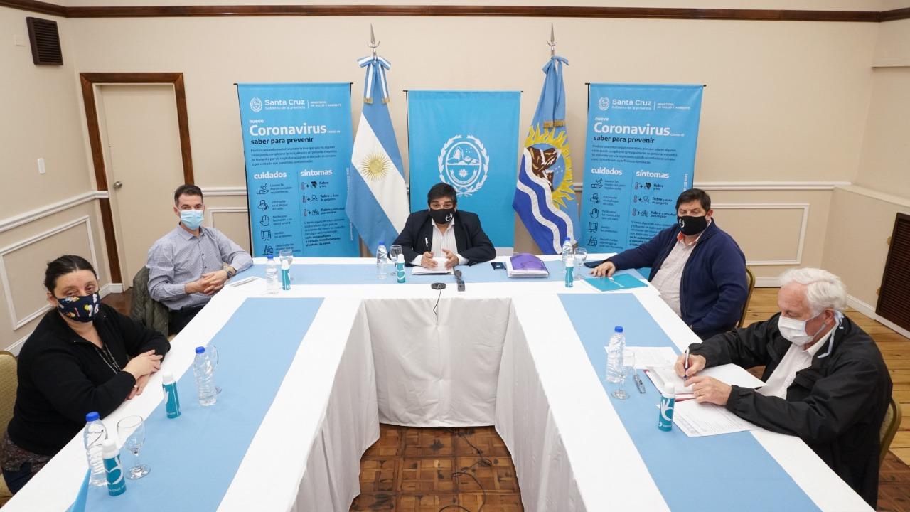 El equipo de salud encabezado por el ministro Claudio García.