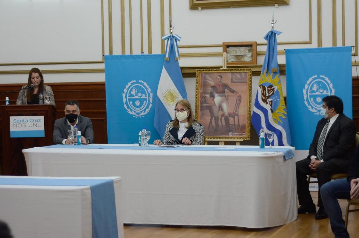Alicia Kirchner, junto al jefe de Gabinete y el flamante ministro de Salud