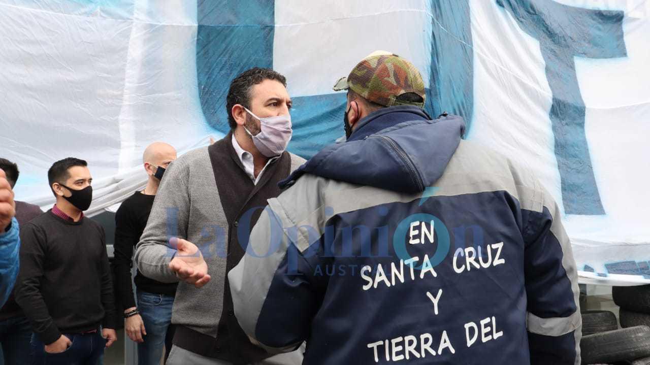 El secretario de Haciende municipal, Diego Robles, también salió a conversar con los trabajadores. FOTO: JOSÉ SILVA