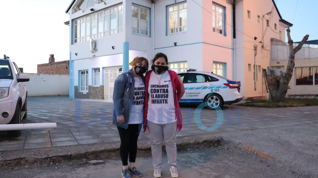 Las madres de las víctimas afuera de la Comisaría Sexta, donde fue a notificarse Emilio Maldonado tras su detención. FOTO: JOSÉ SILVA