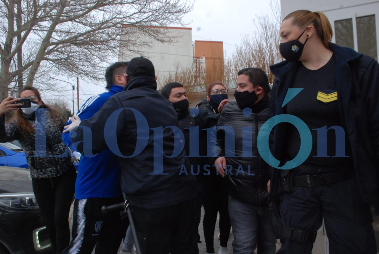 Maldonado fue increpado por familiares a la salida de la declaración indagatoria. FOTO: JOSÉ SILVA