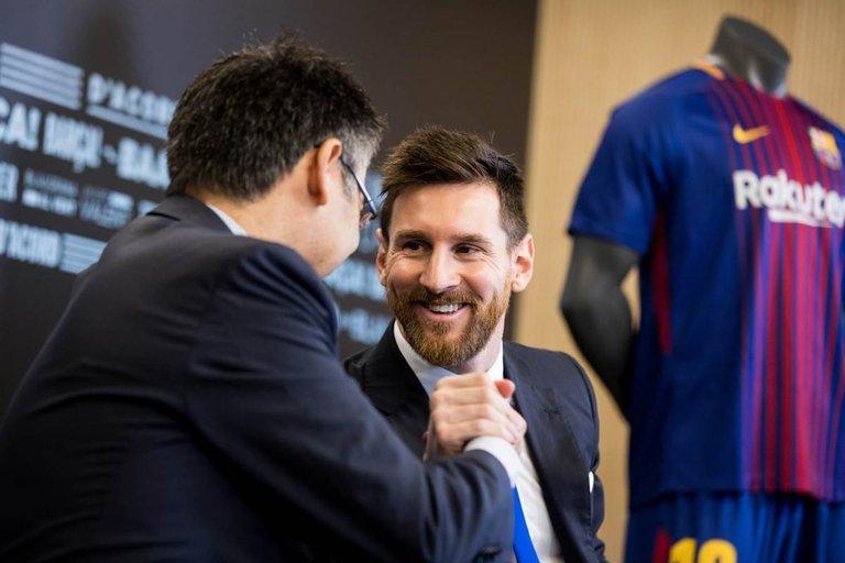Messi, tiempo atrás, junto a Bartomeu.