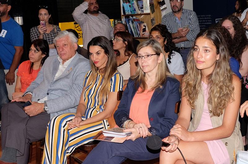 Presentación de la Fiesta Nacional de la Cereza a principios de 2020. Martínez junto a la secretaria de Turismo de Santa Cruz, Valeria Pelliza.