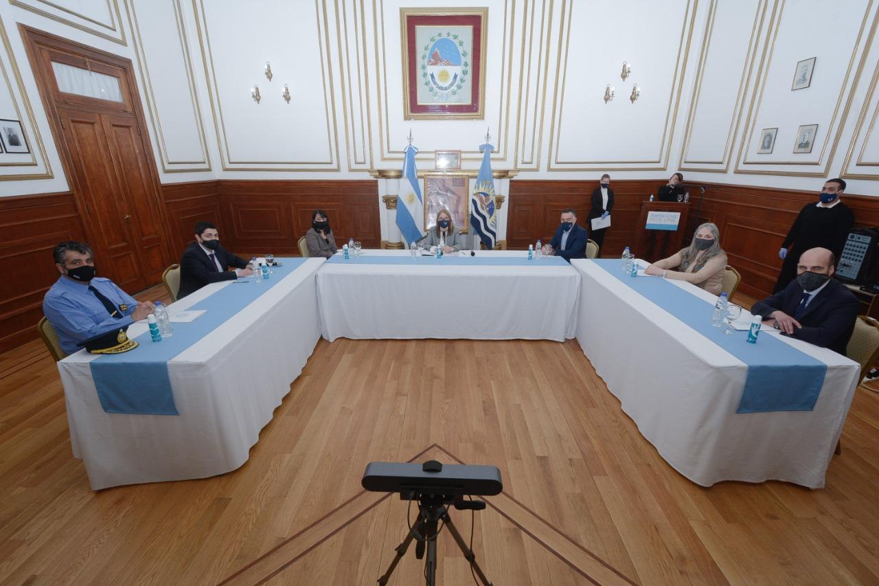 También estaban presentes el jefe de Gabinete, Leonardo Álvarez; el ministro de Seguridad, Lisandro De La Torre; el Fiscal Fernando Basanta; la ministra de Desarrollo Social, Bárbara Weinzettel y el Jefe de la Policía de la Provincia, Comisario General Retirado, José Luis Cortés.