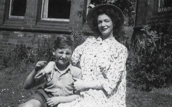 John junto a su madre Julia.