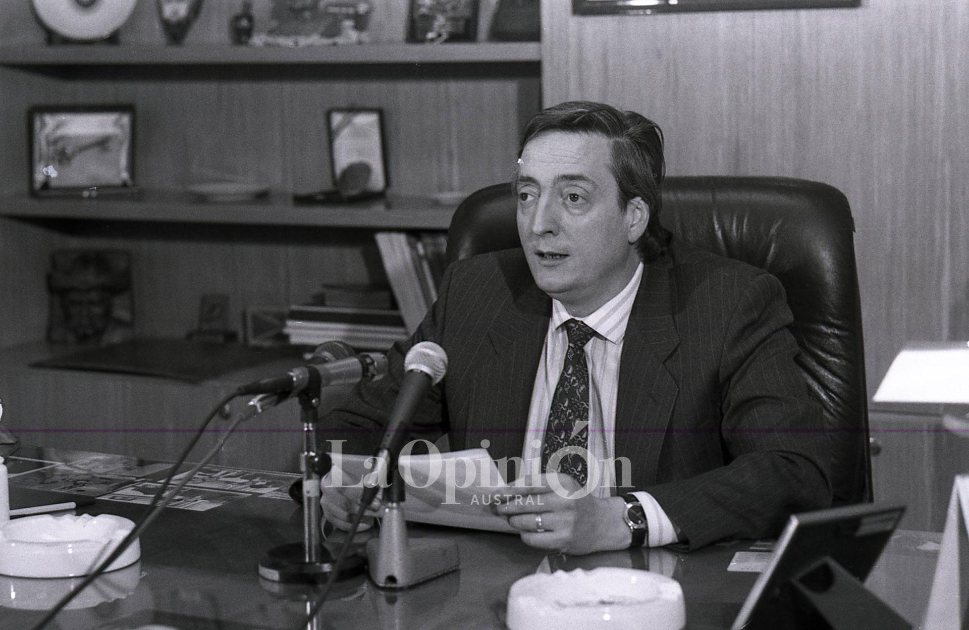 Año 1993. A dos años de asumir en la gobernación de Santa Cruz. FOTO: ARCHIVO LA OPINIÓN AUSTRAL.