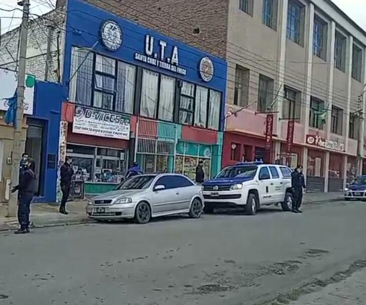Momentos en los que el personal policial realizaba el procedimiento. (FOTO: POLICÍA SANTA CRUZ)
