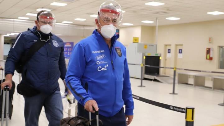 La llegada de Gustavo Alfaro y el plantel ecuatoriano a Buenos Aires.