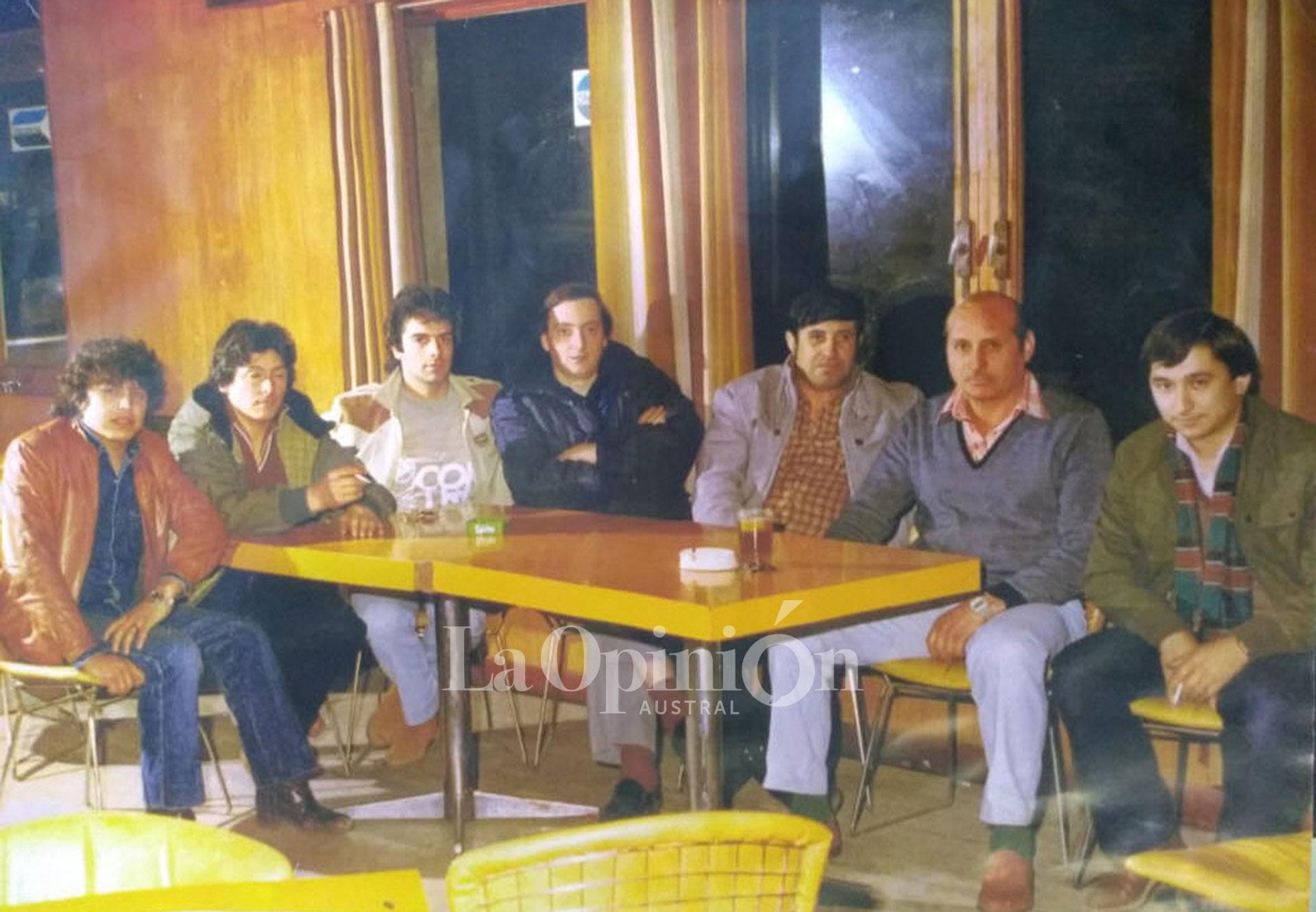 De izquierda a derecha: Rudy Ulloa, 'Tito' Quiñones, Sendes, Néstor Kirchner, Raúl Andrade y Juan Carlos Villafañe. Mediados de los 90. En Puerto Deseado, un Néstor con medias rojas hablando de política. FOTO: ARCHIVO / LA OPINIÓN AUSTRAL.