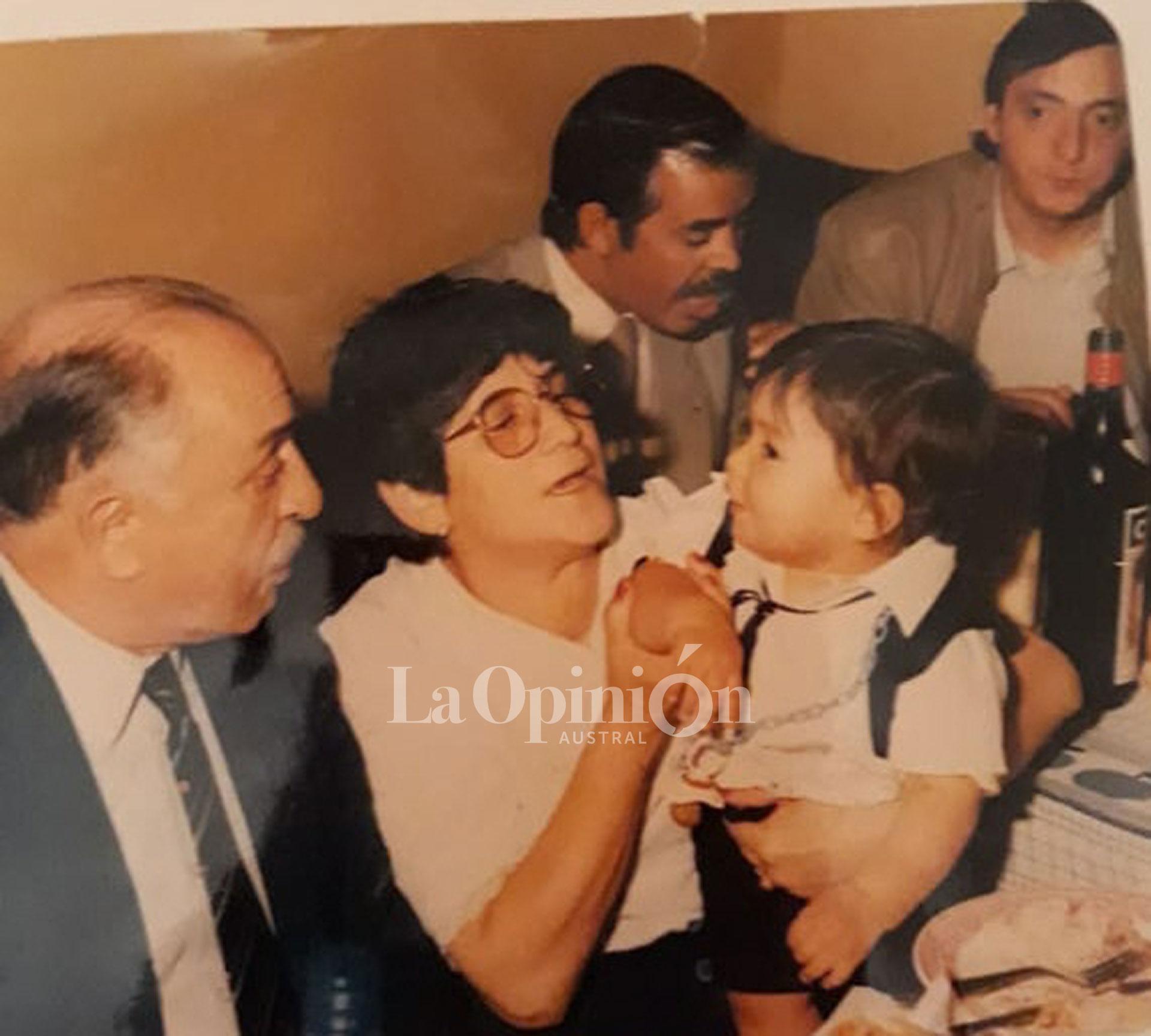 1993. Néstor en el bautismo de Máximo Ulloa. Ernesto Pereyra, su esposa, junto a José, el tío de Rudy. FOTO: ARCHIVO LA OPINIÓN AUSTRAL.